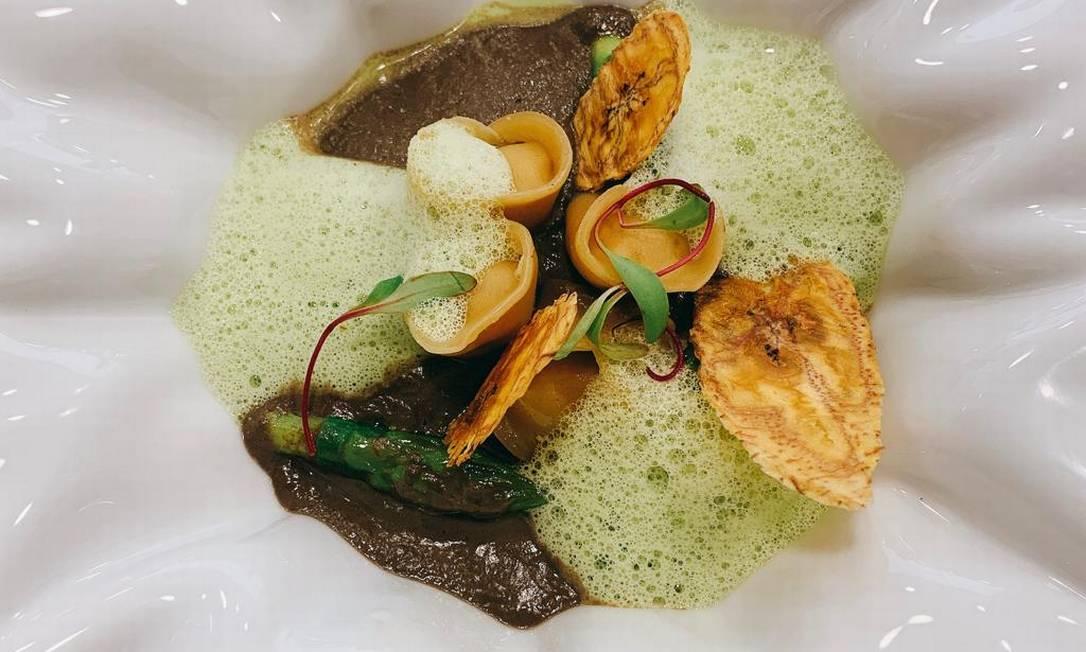 Le Corodn Bleu: tortellini de banana da terra, espuma de aspargos Chips de banana da terra e creme de cogumelos Foto: Divulgação