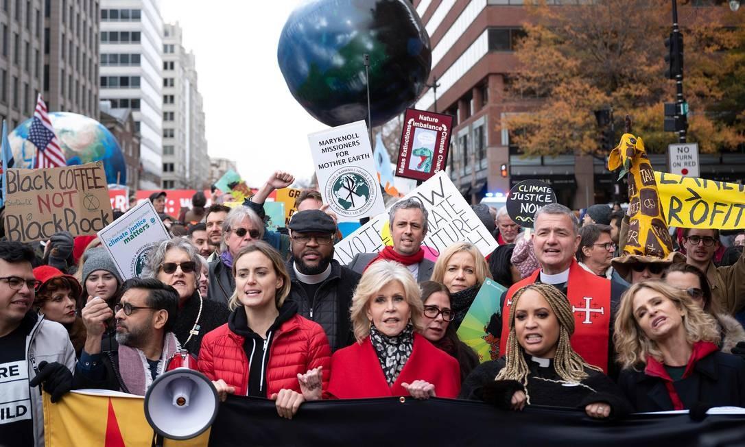 A atriz Jane Fonda (ao centro) marcha com as colegas Taylor Schilling e Kyra Sedgwick durante manifestação contra a mudança climática, em Washington, nos EUA Foto: JIM WATSON / AFP