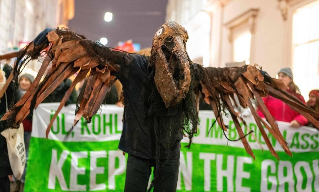 Um manifestante vestido de pássaro participa de uma manifestação das sextas-feiras para o futuroem Viena, Áustria Foto: JOE KLAMAR / AFP