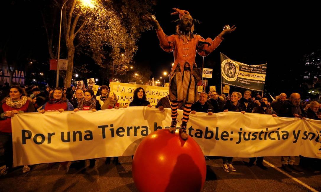Manifestantes realizam marcha de protesto contra a mudança climática durante a cúpula da COP-25, em Madri, Espanha Foto: RAFAEL MARCHANTE / REUTERS