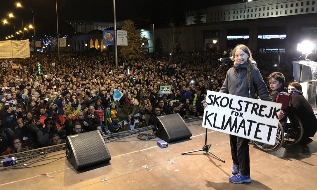 """A ativista ambiental sueca Greta Thunberg, de 16 anos, discursa para multidão de 500 mil pessoas em Madri, na Espanha; cartaz traz os dizeres """"greve escolar pelo clima"""", em referência a movimento que iniciou na Suécia em 2018 Foto: Reprodução / Twitter"""