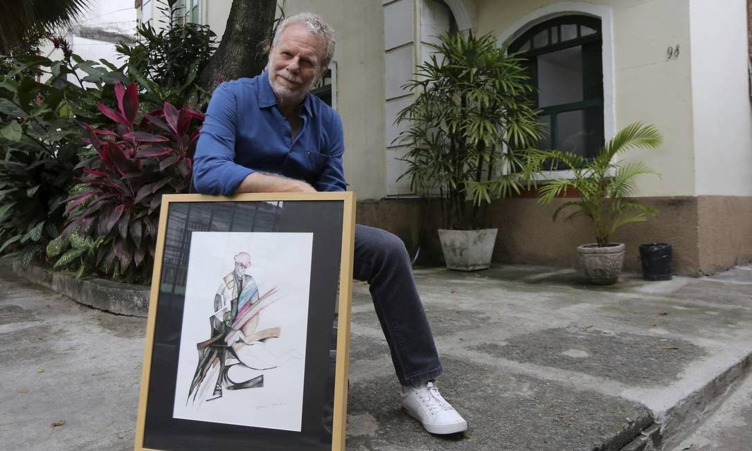 Onírico. Jonas Bloch com um de seus quadros no pátio da Sala José Cândido de Carvalho: mais tempo para se dedicar Foto: Guilherme Pinto