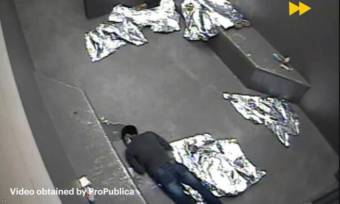 Carlos Gregorio Hernández Vásquez é visto no chão de centro de detenção temporária em McAllen, Texas Foto: Reprodução de vídeo da ProPublica