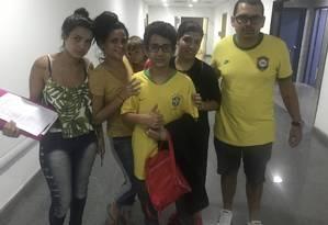 Matheus, de 13 anos, e seus irmãos biológicos compareceram à DDPA para explicar o motivo do menino ter fugido de casa Foto: Gilberto Porcidonio