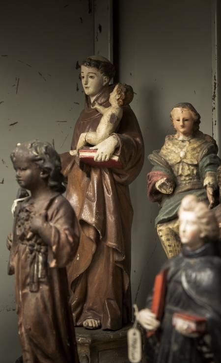 Objetos de religiões afro-brasileiras apreendidos no antigo Museu da Polícia Foto: Leo Martins / Agência O Globo