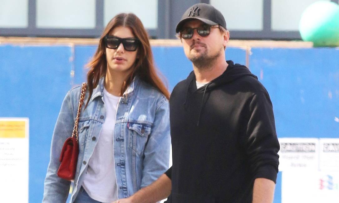 Camila Morrone e o namorado, Leonardo DiCaprio, em foto tirada em outubro Foto: LGNEW / LRNYC / MEGA