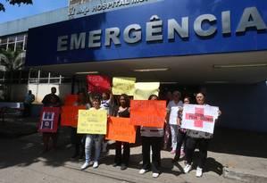 Há cartazes chamando o prefeito Marcelo Crivella de caloteiro e mentiroso e o clima é de indignação no local Foto: Fabiano Rocha / Agência O Globo