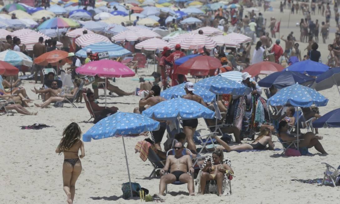 A previsão de céu parcialmente nublado no período da tarde deve manter a orla repleta de banhistas neste sábado Foto: Custódio Coimbra / Agência O Globo
