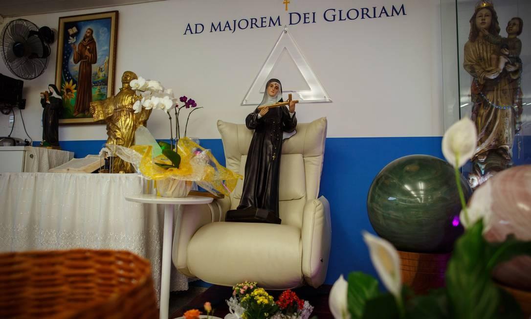 Imagem de Santa Rita sobre a cadeira onde o médium sentava para os atendimentos, na Casa de Dom Inácio, em Abadiânia Foto: Daniel Marenco / Agência O Globo