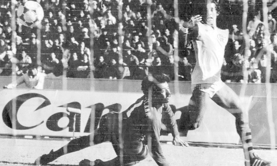Nunes fica olhando a bola passar pelo goleiro Gobbrelaar, no primeiro gol do Flamengo Foto: AP