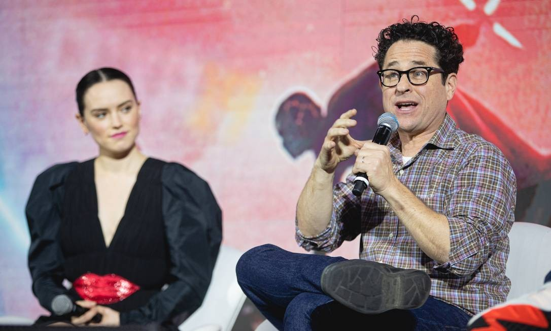 O diretor J.J. Abrams na CCXP, com a atriz Daisy Ridley ao fundo Foto: Padilha / Divulgação