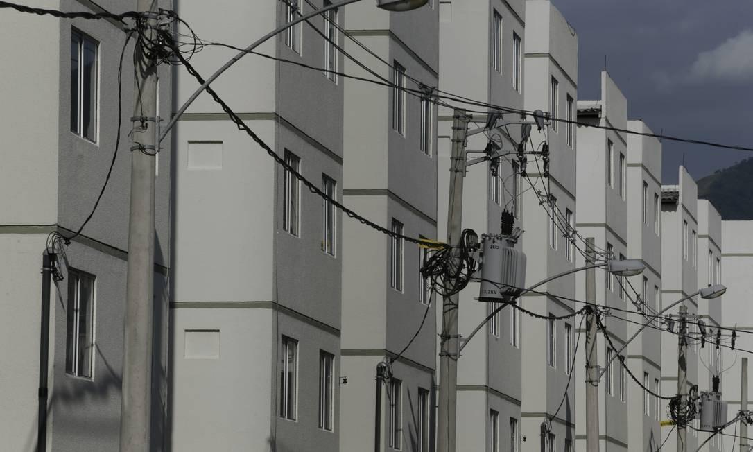 Gatos de eletricidade em conjunto residencial em Nova Iguaçu Foto: ANTONIO SCORZA / Agência O Globo