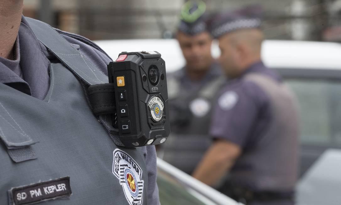 No 37º Batalhão da PM de São Paulo, policiais usam a bodycam, que grava imagens das abordagens policiais: não há previsão legal sobre os limites e direitos sobre as imagens captadas Foto: Edilson Dantas / Agência O Globo