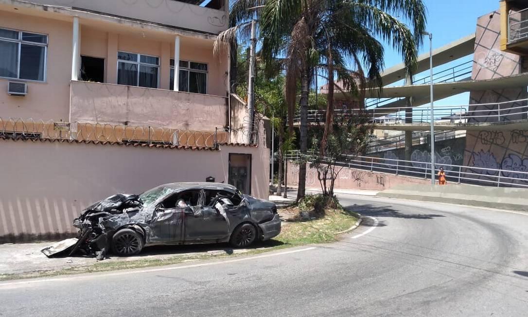 Carro bateu em um muro no Engenho de Dentro Foto: Custódio Coimbra/Agência O Globo