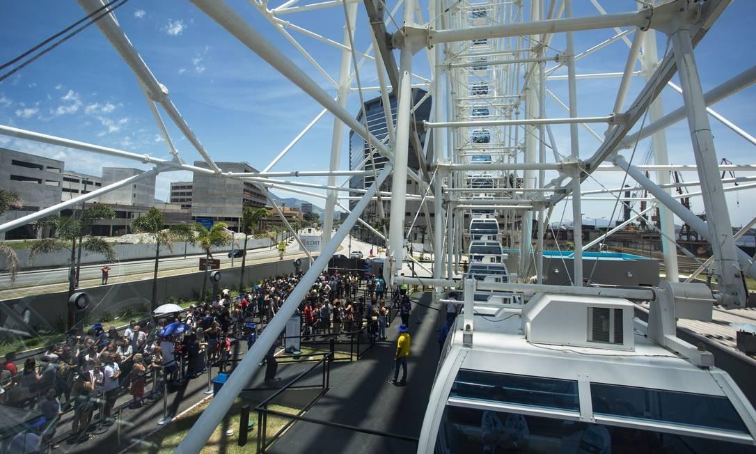 Primeiro domingo da roda-gigante Rio Star começou com 300 pessoas na fila Foto: Ana Branco / Agência O Globo