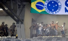 Confronto entre a polícia e torcedores do Cruzeiro no Mineirão Foto: DOUGLAS MAGNO / AFP
