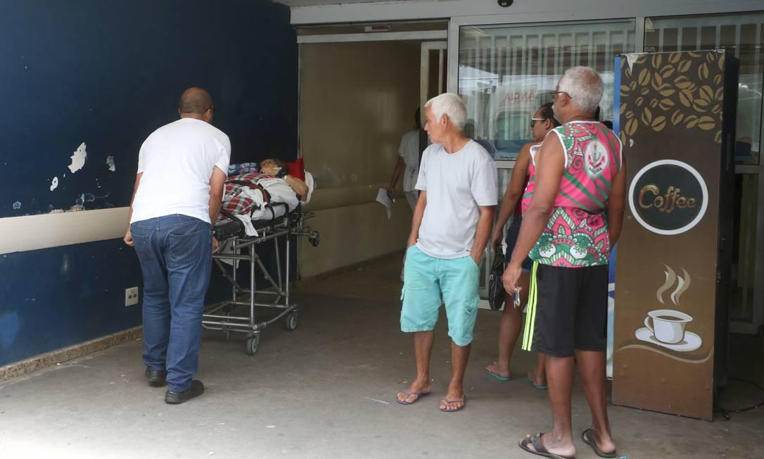Movimento na entrada do hospital Pedro II, em Santa Cruz, ontem: equipes estão desfalcadas, e quem busca atendimento é orientado a procurar UPA Foto: FABIANO ROCHA / Agência O Globo