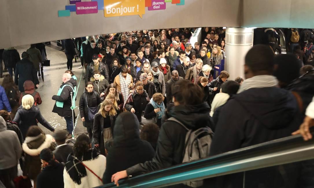 Pessoas aguardam na estação de metrô Saint-Lazare, em Paris Foto: JACQUES DEMARTHON / AFP
