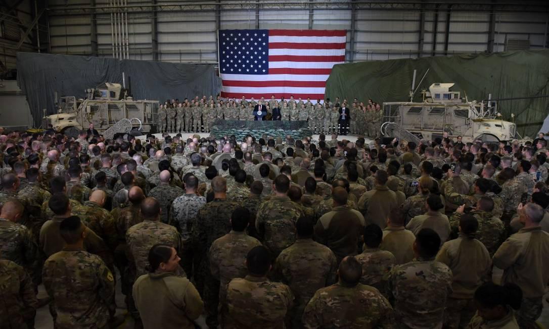 Presidente americano Donald Trump faz discurso para soldados durante uma visita ao Afeganistão, no Dia de Ação de Graças Foto: OLIVIER DOULIERY / AFP/28-11-2019