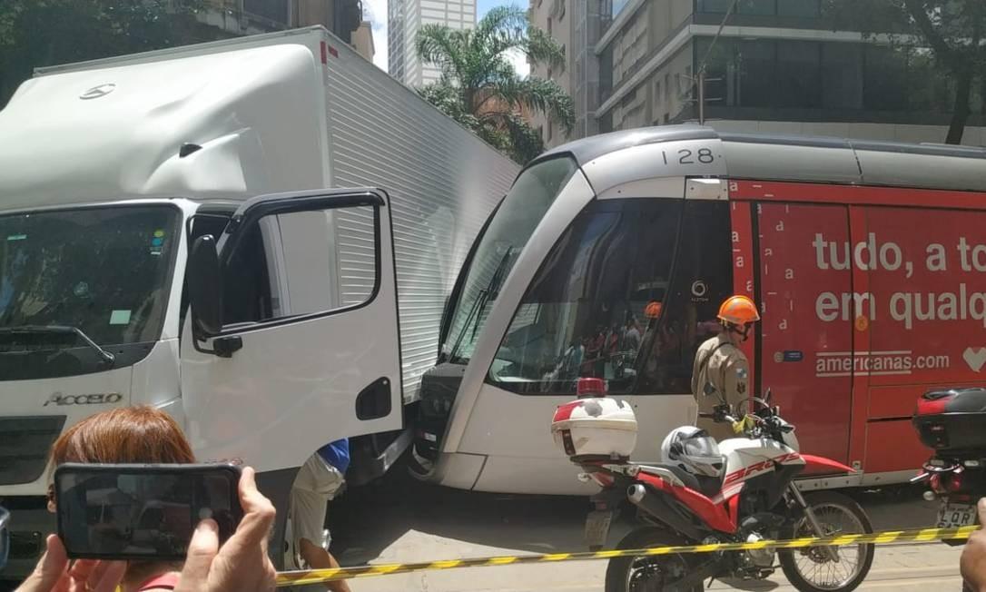 Caminhão bateu no VLT no Centro do Rio. Ninguém ficou ferido Foto: Divulgação
