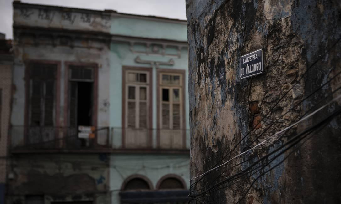 Início da Ladeira do Valongo, parte do que ficou conhecida como Pequena África, por abrigar milhares de escravos que entraram no Brasil durante a colônia, trazendo com eles sua cultura e fé Foto: Alexandre Cassiano / Agência O Globo