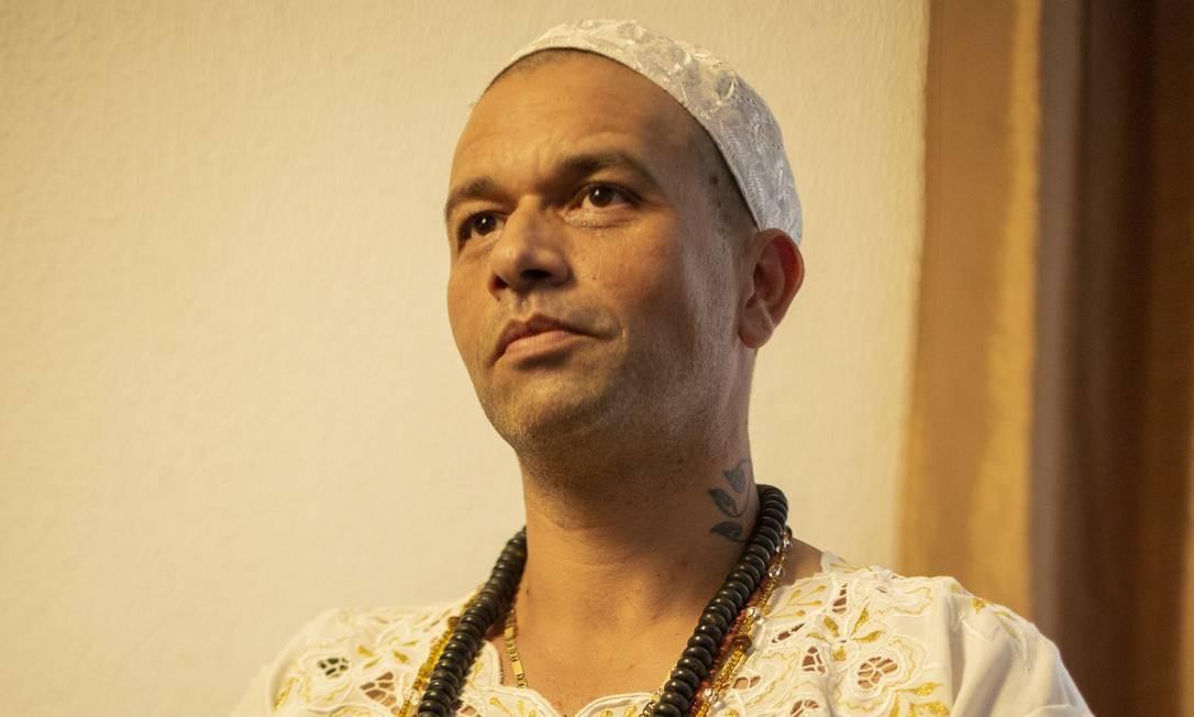 O pai de santo Doté Bruno Ti Tobossy sentiu na pele as histórias de perseguição que ouviu da avó desde criança. Seu terreiro, aberto em Nova Iguaçu, em 2010, já foi destruído por três vezes Foto: FABIO GUIMARAES / Agência O Globo