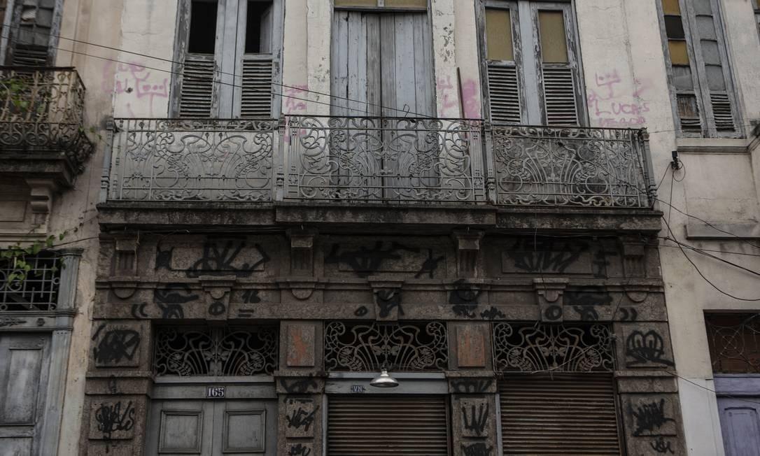 """Prédio que abrigava o terreiro de Tito Dinis, na Rua Senador Pompeu, 165, no centro do Rio. O pai de santo foi preso ao menos três vezes por policiais sob suspeita de """"feitiçaria"""", em 1889, 1894 e 1897 Foto: Alexandre Cassiano / Agência O Globo"""