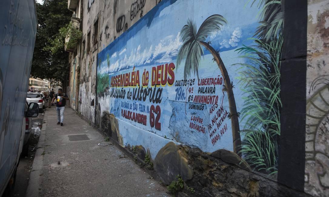 Muro com anúncio de cultos evangélicos fica em frente de prédio onde funcionava terreiro de Tito Dinis Foto: Alexandre Cassiano / Agência O Globo