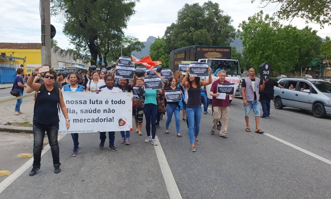 Profissionais de saúde fecharam uma das pistas da Francisco Bicalho em protesto contra o atraso nos salários Foto: Divulgação