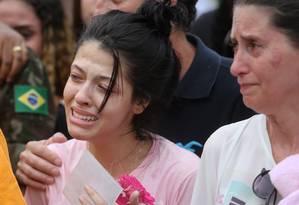 Thamires Carneiro, no enterro namorado Guilherme: 'Tiraram uma parte de mim' Foto: Guilherme Pinto / Agência O Globo