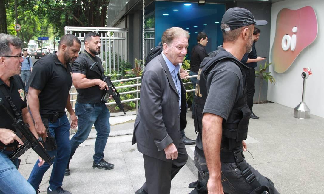 Agentes da PF cumprem mandado de busca e apreensão na OI, do Leblon Foto: Gabriel de Paiva / O Globo