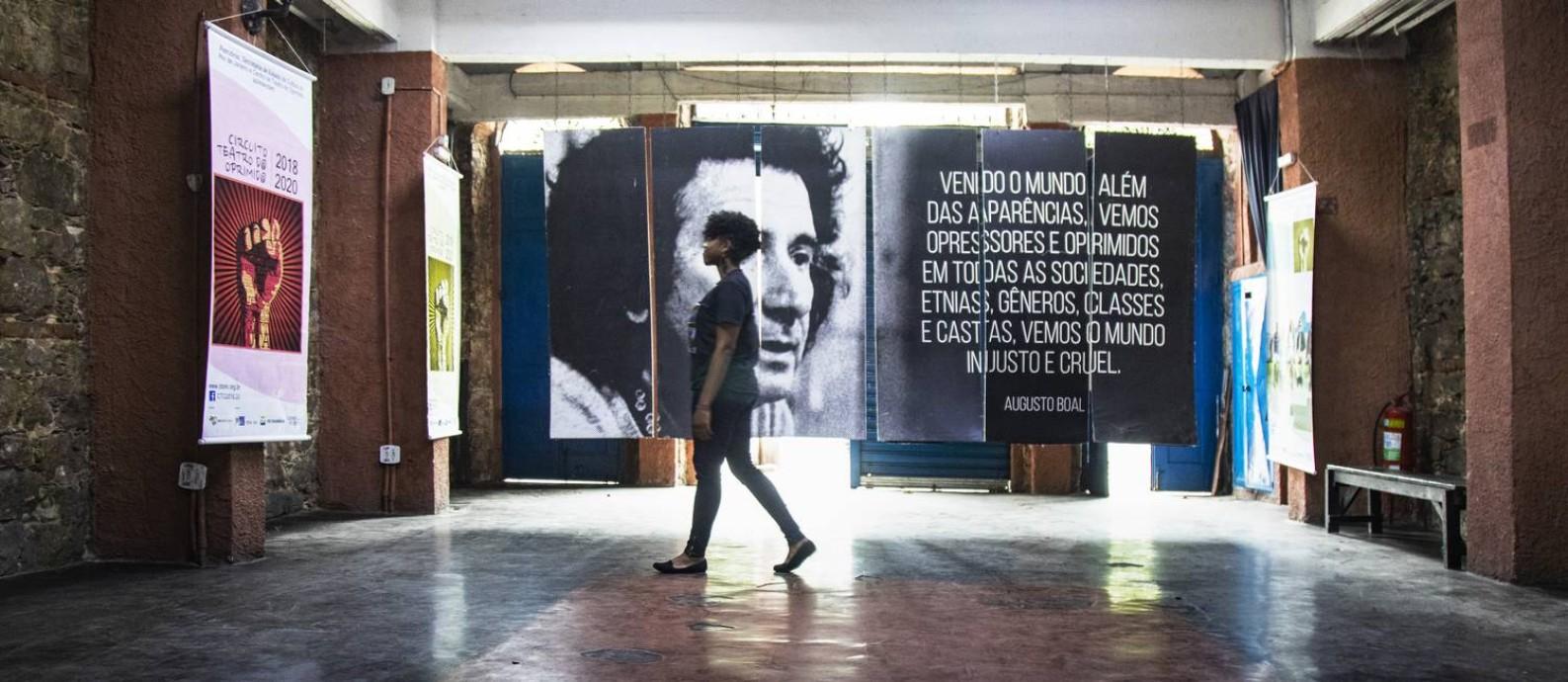 A pedagoga e 'curinga' Maiara Caravlho, no interior do Centro do Teatro do Oprimido, na Lapa Foto: Ana Branco/Agência O Globo
