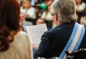 Alberto Fernández lê seu discurso de posse ao lado de Cristina Kirchner, sua vice Foto: Divulgação