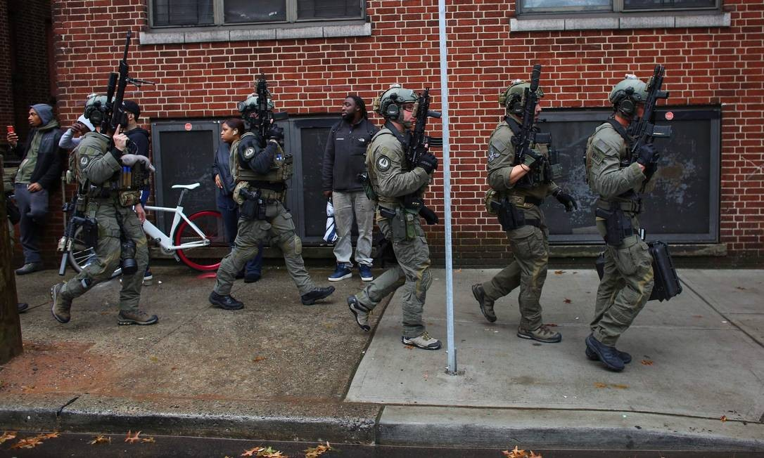 Policiais chegam ao local do tiroteio em Nova Jersey Foto: KENA BETANCUR / AFP