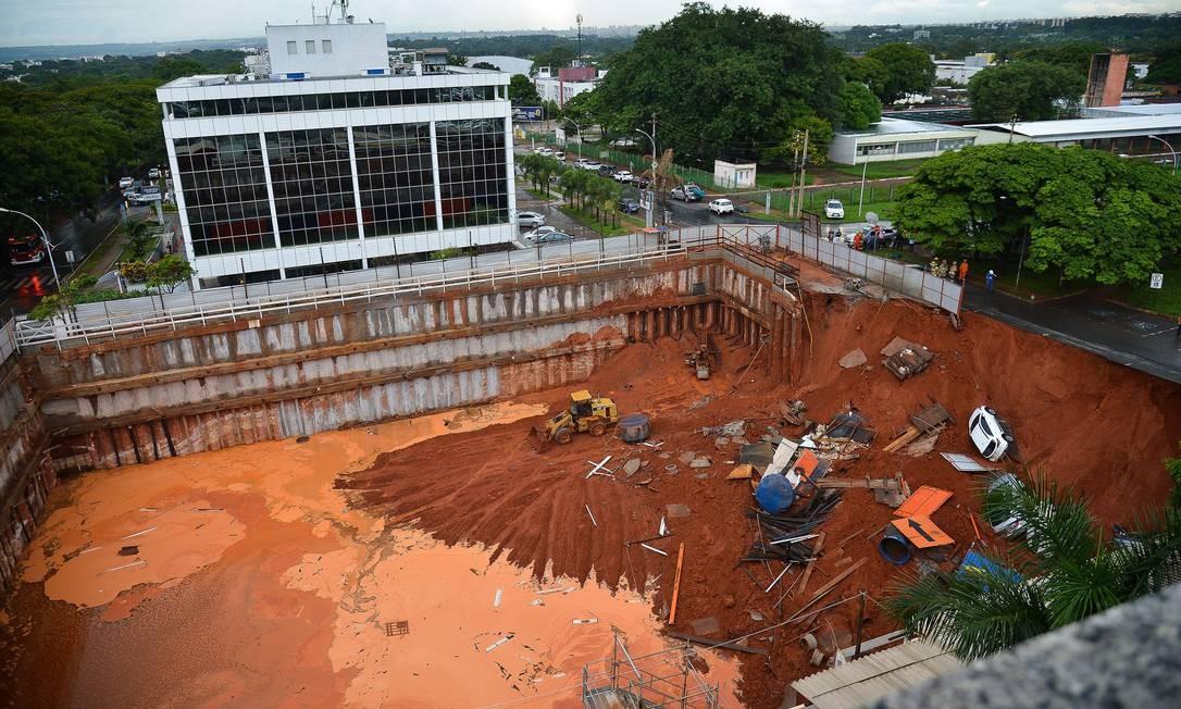 Uma cratera se abriu em Brasília, após um deslizamento de terra em obra na Asa Sul; carros que estavam estacionados ao lado foram levados durante o deslizamento. Foto: Marcelo Cabral Jr/ Agência Brasil