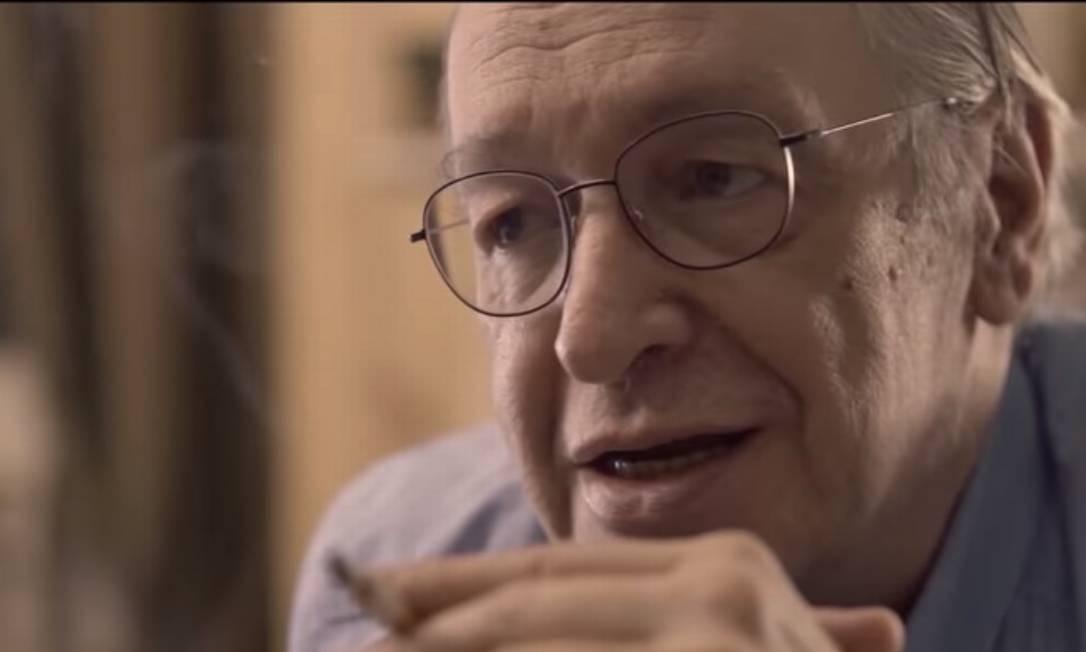 Documentário exibido na TV Escola tem Olavo de Carvalho com cigarro Foto: Reprodução
