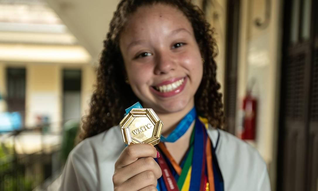 Adrieny, de 15 anos,mostra o ouro que trouxe para casa, no mês passado: jovem gosta de jogar futebol quando não está às voltas com equações Foto: Brenno Carvalho / Agência O GLOBO