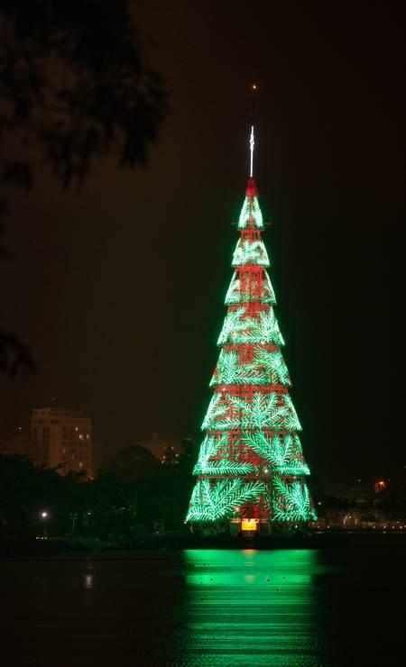 Árvore foi montada sobre 11 flutuadores e é iluminada por 900 mil lâmpadas de LED Foto: Roberto Moreyra / Agência O Globo