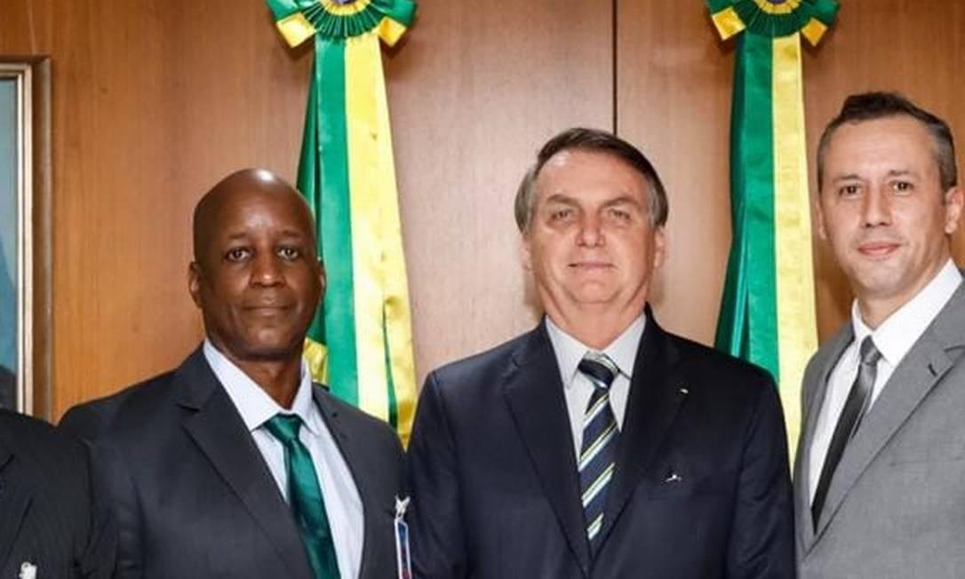 O presidente Jair Bolsonaro entre Sérgio Camargo, no momento afastado na Fundação Palmares, e o secretário de Cultura, Roberto Alvim Foto: Reprodução