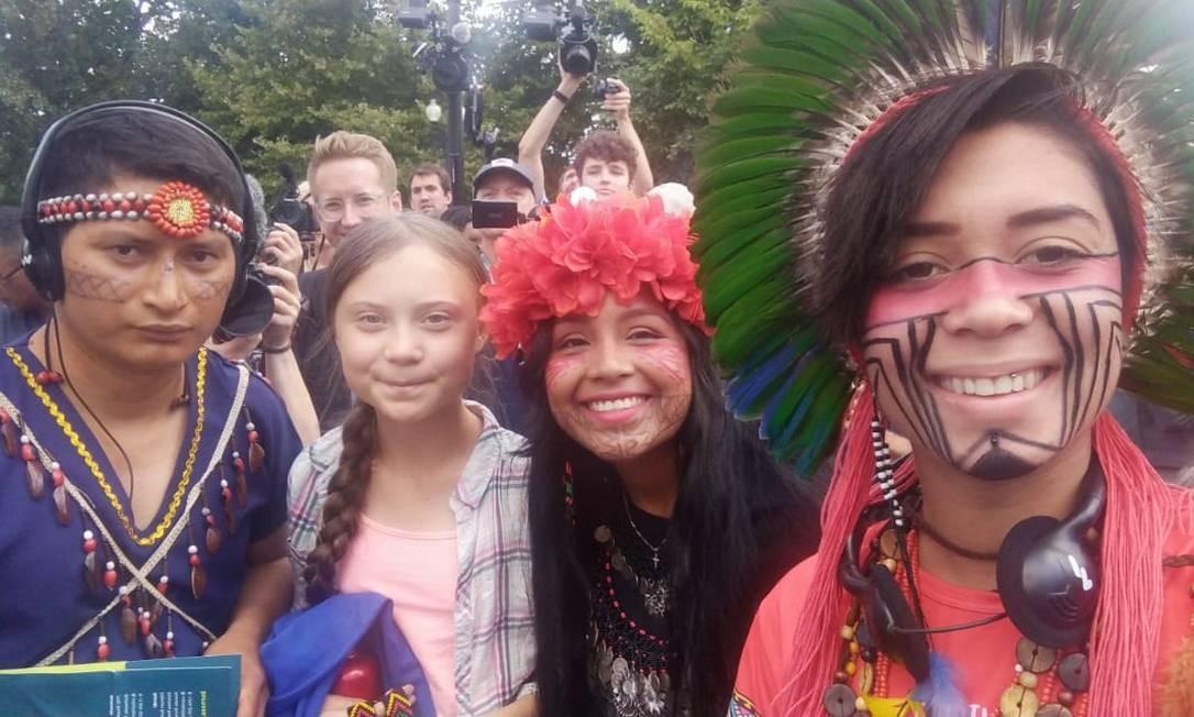Selfie da brasileira Artemisa Xakriabá, de 19 anos, ao lado de Greta, 16, e a panamenha Militza (à direita). As jovens militantes ambientalistas participaram da Marcha pelo Clima, em Nova York, EUA Foto: Reprodução