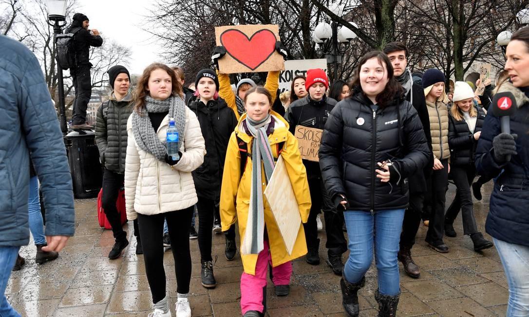 """A ativista ambiental sueca Greta Thunberg e sua irmã Beata Thunberg participam da demonstração """"Global Strike for Future"""" no centro de Estocolmo, Suécia, em 15 de março de 2019 Foto: Henrik Montgomery / TT News Agency / Reuters"""