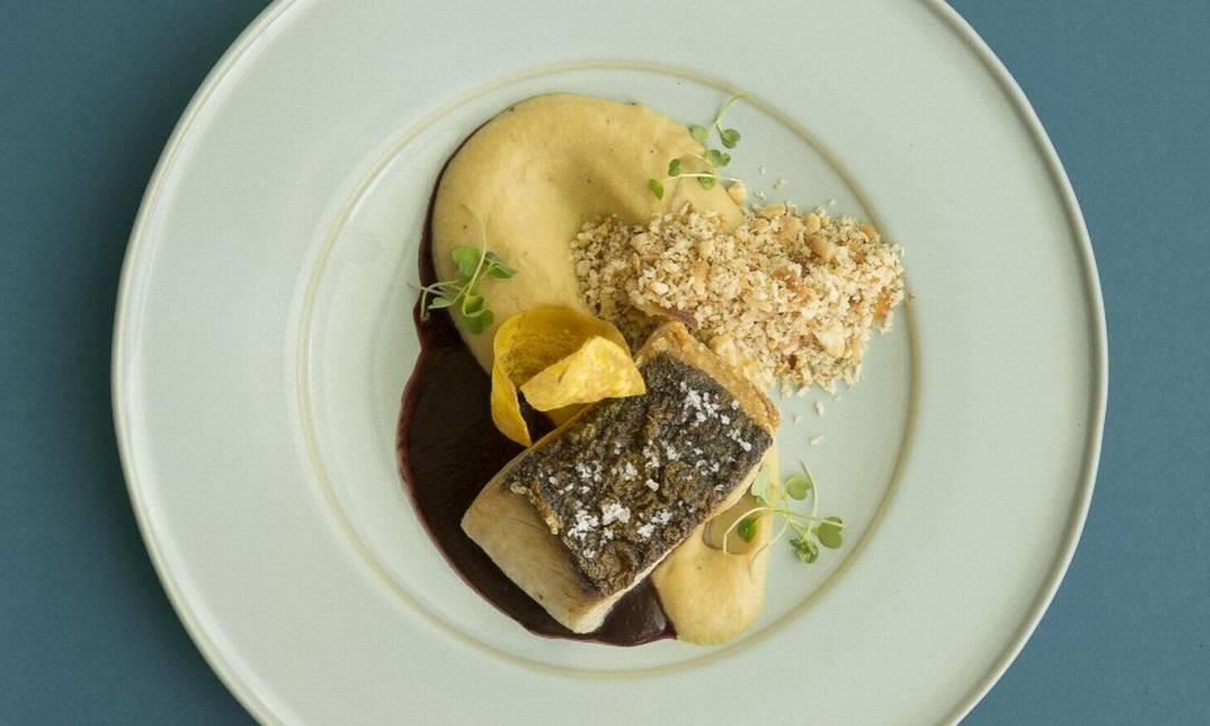 Fazenda Culinária, no Museu do Amanhã: peixe do dia sobre molho de açái comchips de banana-da-terra Foto: Divulgação/Leo Aversa
