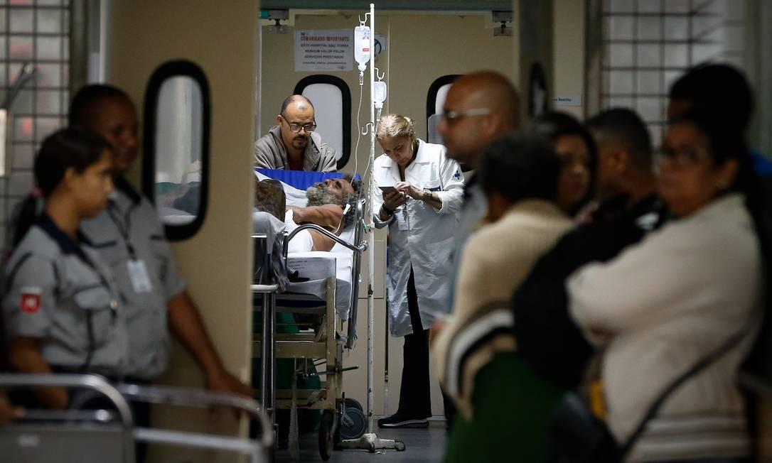 Pacientes internados no corredor de entrada da emergência do Hospital Salgado Filho, no Méier, nesta quinta-feira. Unidade está lotada e pacientes sofrem por falta de macas Foto: Pablo Jacob / Agência O Globo
