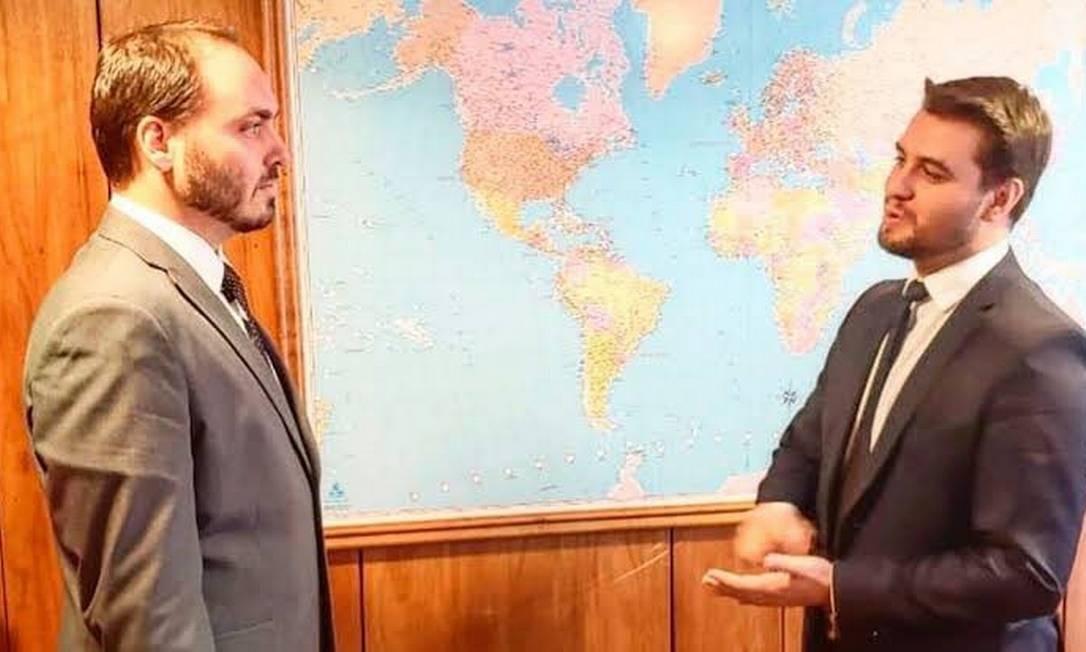 O vereador Carlos Bolsonaro (PSC-RJ) e o assessor espescial da Presidência Filipe Martins Foto: Reprodução