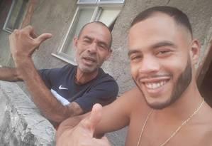 Paulo Roberto de Sousa tinha 53 anos e era gari comunitário no Vidigal. Na foto, ele com o filho Isaac Foto: Reprodução Acervo Pessoal