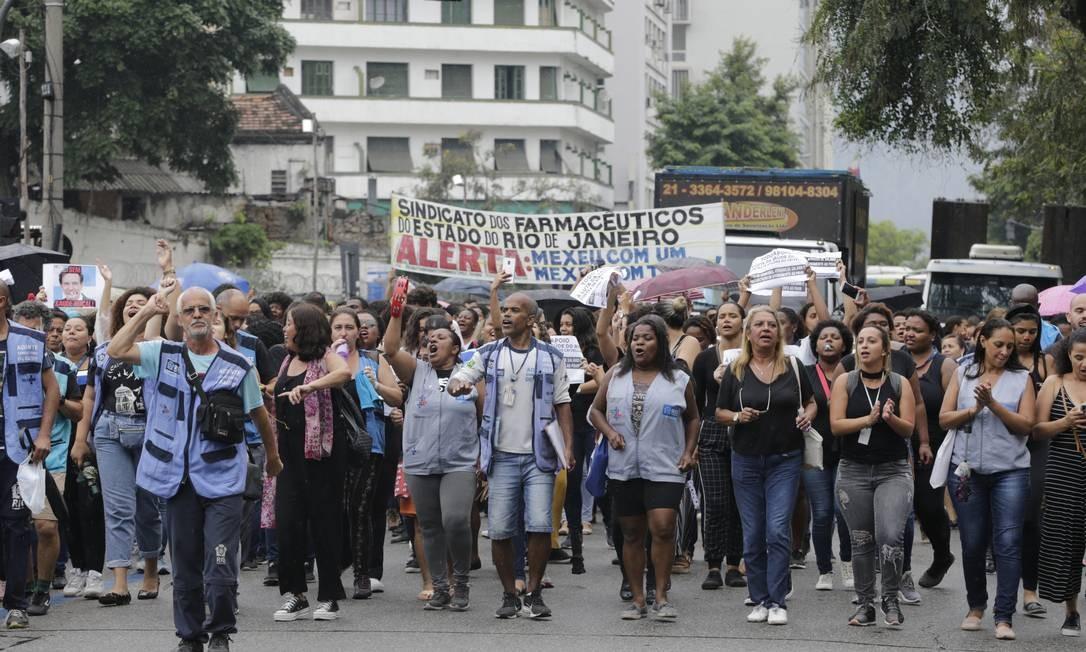 Crise na saúde. Funcionários protestam em frente ao Tribunal Regional do Trabalho, no Centro do Rio Foto: Domingos Peixoto / Domingos Peixoto