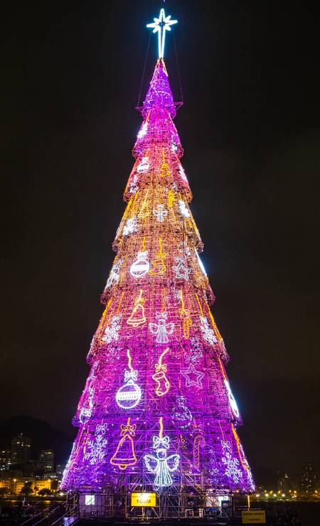 Sinos, bolas de Natal e anjos enfeitam uma das fases cenográficas da árvore Foto: Divulgação