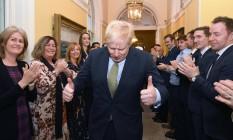 Primeiro-ministro Boris Johnson é recebido por seus aliados na sede do governo, na rua Downing Foto: STEFAN ROUSSEAU / AFP