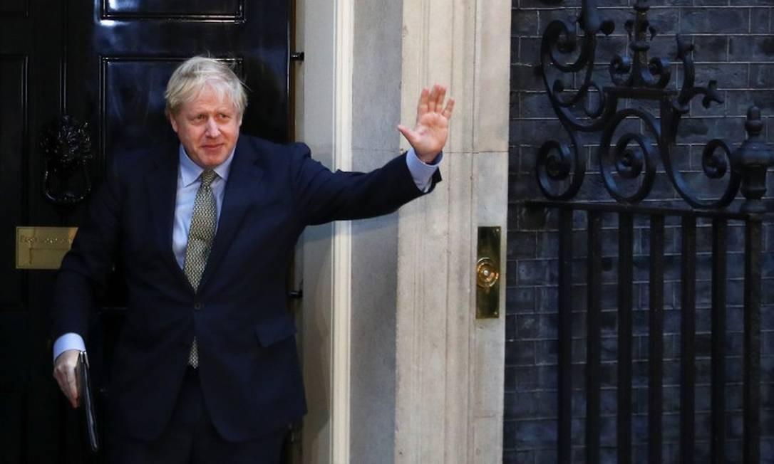 Boris Johnson acena após discurso na rua Downing, onde fica a sede do governo Foto: Hannah Mckay / REUTERS