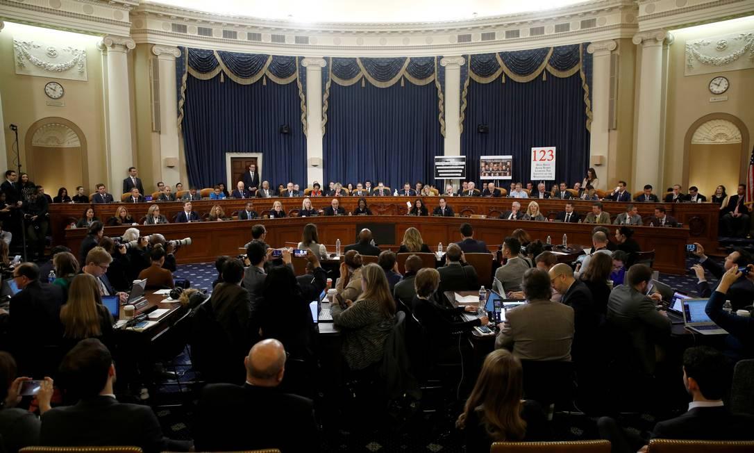 Após uma maratona de mais de 12 horas e que se estendeu pela sexta-feira, a Comissão de Justiça da Câmara dos EUA aprovou os dois artigos relacionados ao impeachment de Donald Trump. Eles podem ser votados na semana que vem Foto: POOL New / REUTERS